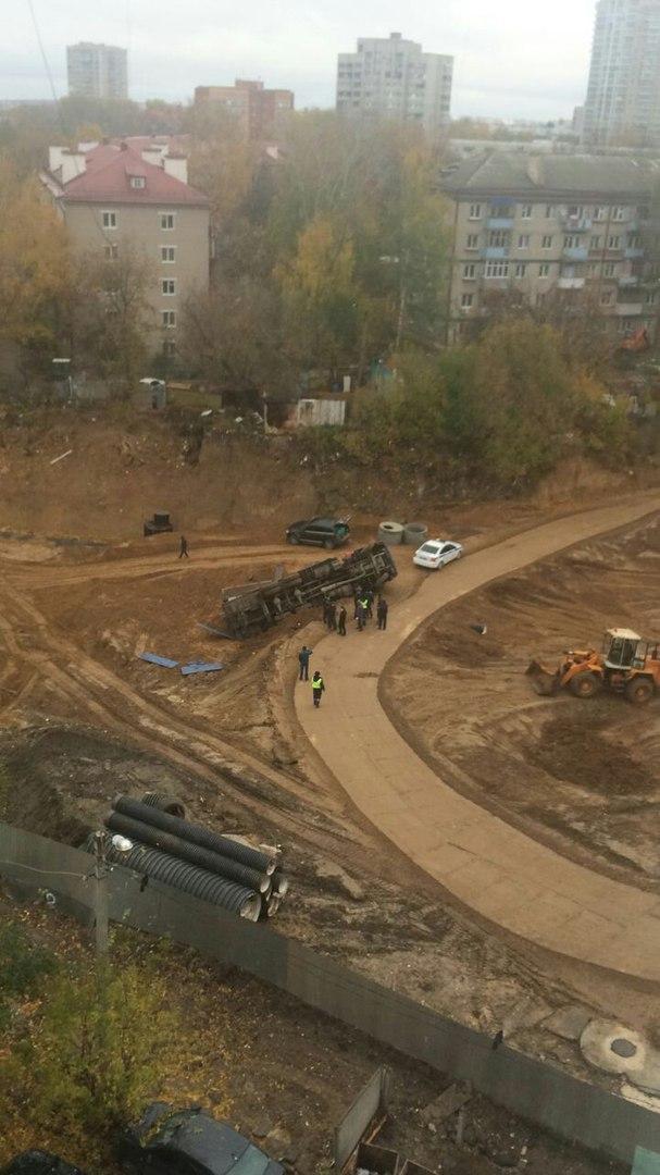 В Казани на стройке опрокинулся «КамАЗ»