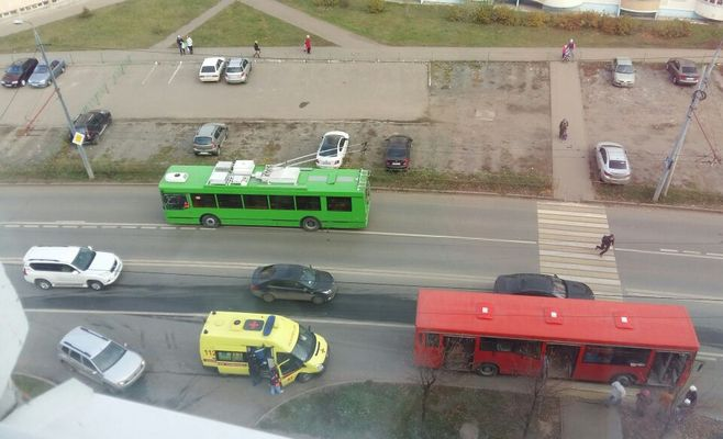 ВКазани автобус сбил школьницу на«зебре»