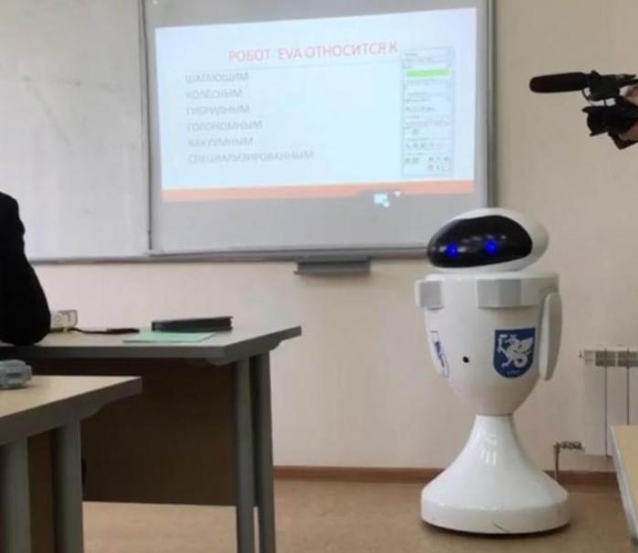 Первый в России школьный робот-учитель «EVA» провел урок в Казани