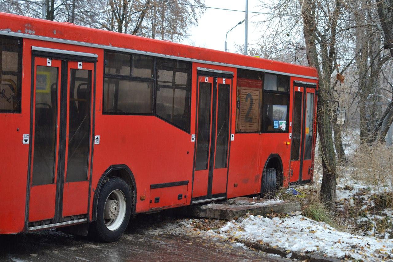 автобус врезался в дерево