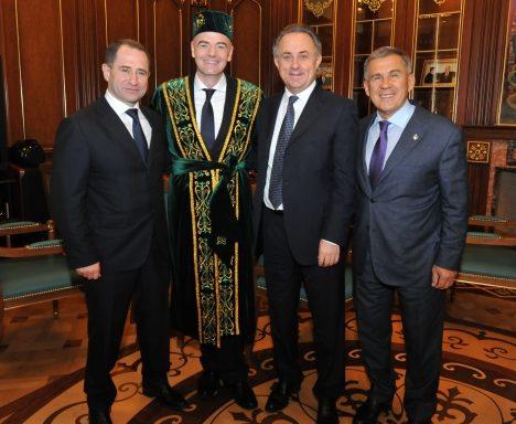 Президента ФИФА переодели в татарский национальный костюм