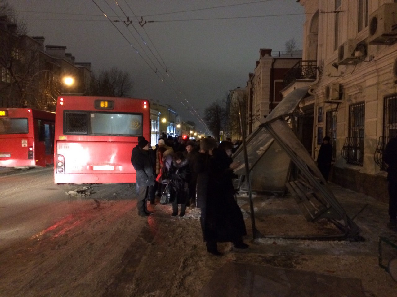 Красный автобус снес остановку