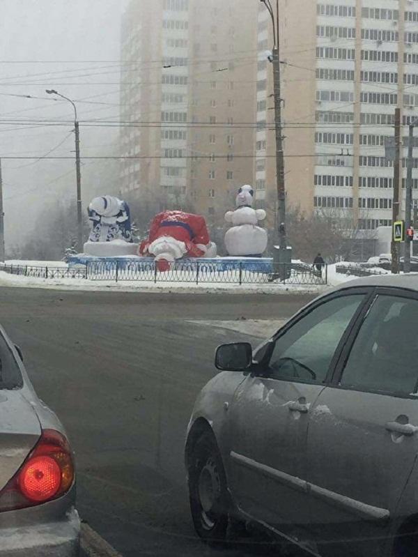 свалились статуи деда мороза и снегурочки