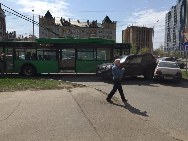 ВКазани столкнулись джип, «легковушка» итроллейбус