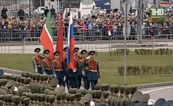 ВКазани наплощади Тысячелетия прошел парад Победы