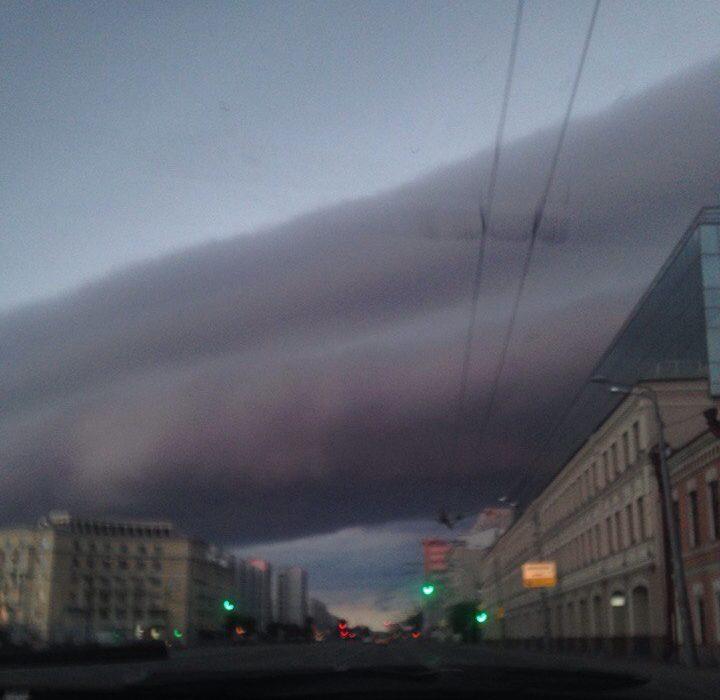 Пользователи соцсетей сняли на видео «слоёное» небо над Казанью