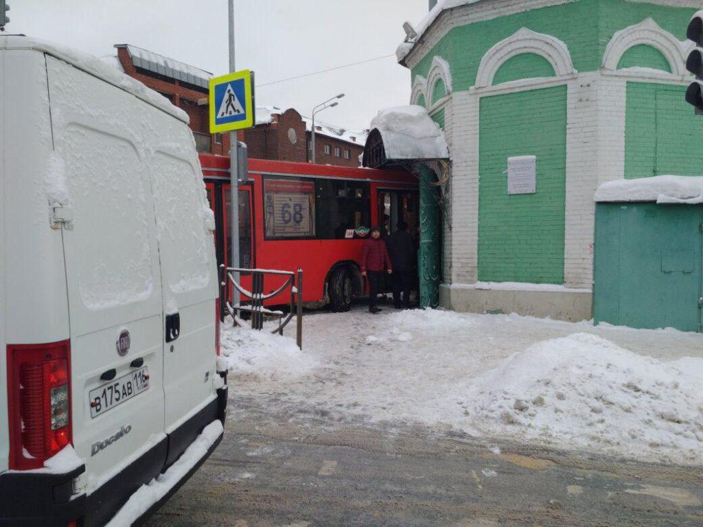 Шофёр автобуса врезался вмечеть вцентре Казани