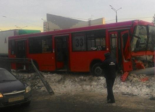 В итоге  столкновения автобуса состолбом вКазани пострадали 15 человек