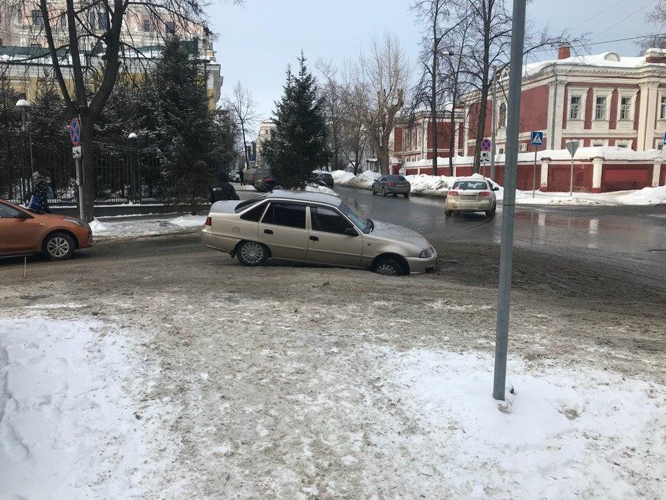 Машина провалилась в яму