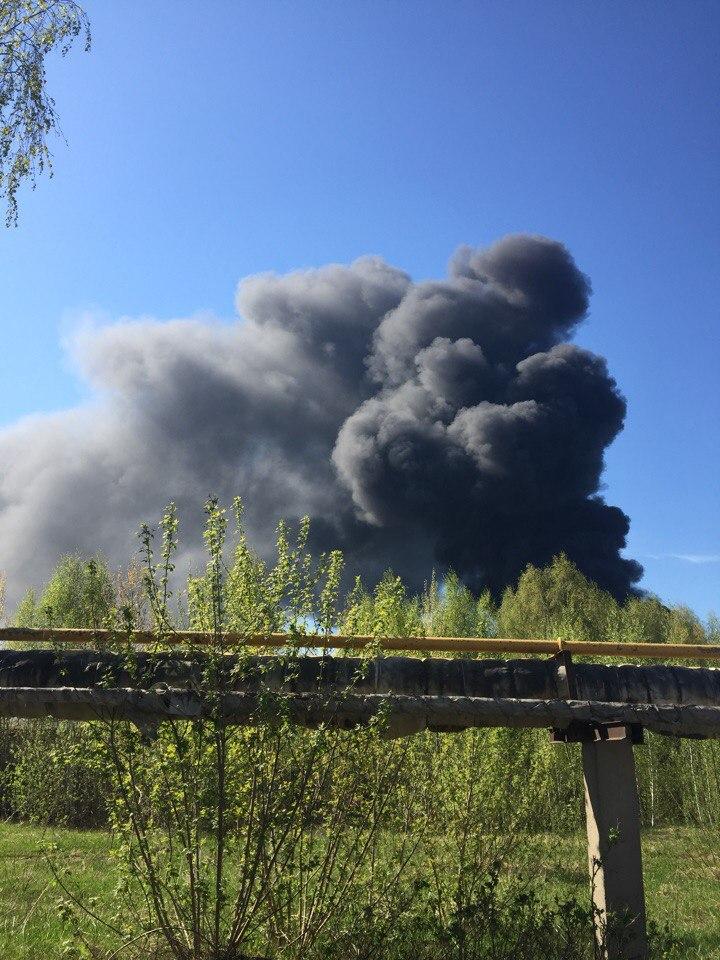 Сильный пожарвозлебывшего завода ЖБИ-3 потушен